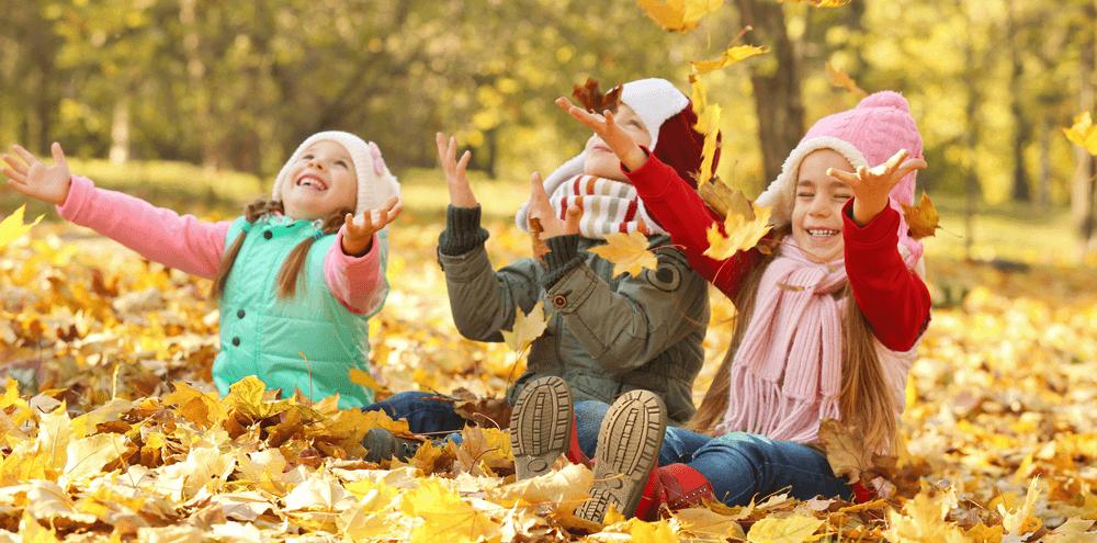 Barn som njuter av hösten utomhus