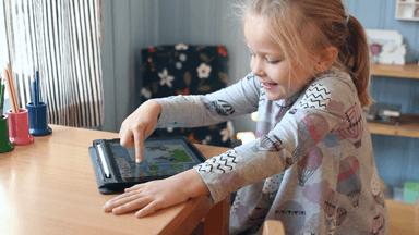 Barn provar jaramba förskola på ipad